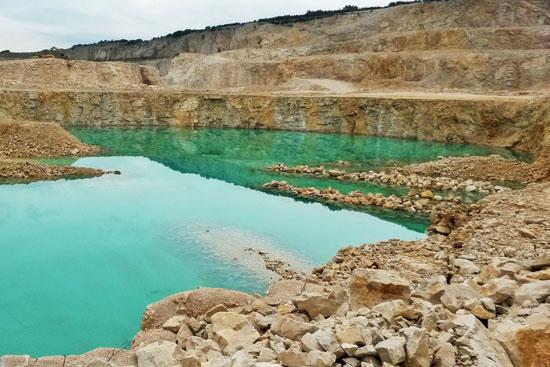 Carrière de roche massive en milieu karstique (30)