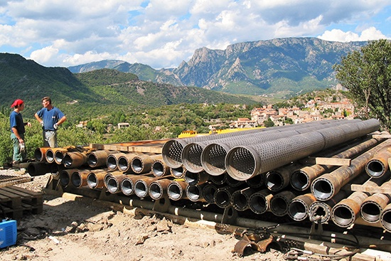 Vue du matériel de forage et du tubage, forage de Vieussan (34)