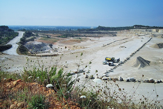 Vue d'une carrière de calcaires dans le Gard