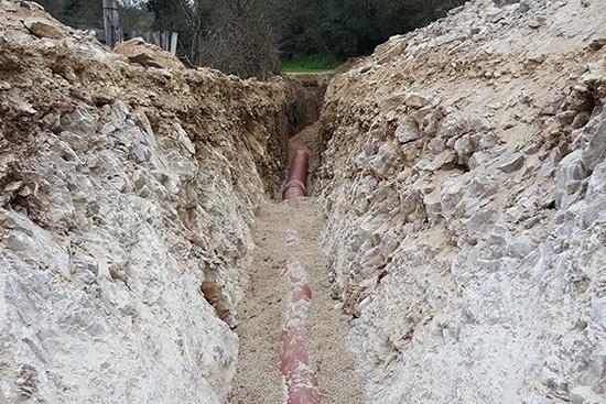Surveillance hydrogéologique de l'enfouissement d'une conduite d'eau usées dans un périmètre de protection rapprochée de captage, Aubais (30)