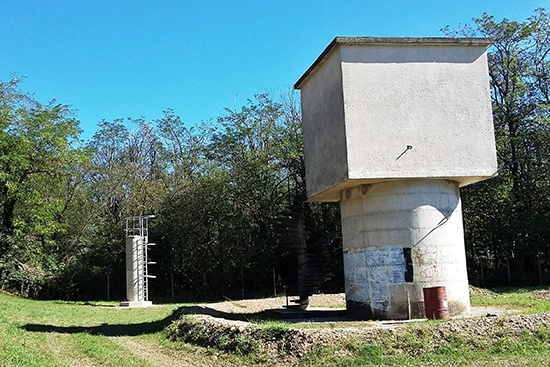 Vue des aménagements du piézomètre et du forage d'exploitation de Commeyras à Prades-sur-Vernazobres (34), dont les travaux ont nécessité des déclarations à la DDTM, à la DREAL et à l'ARS